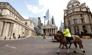 Un policía montado patrulla en los alrededores del Banco de Inglaterra, en Londres.
