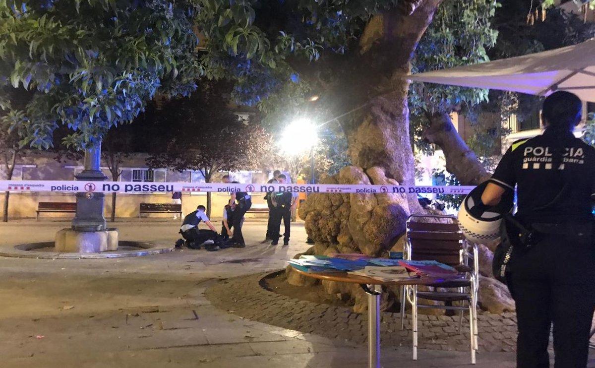 Policías, junto a la víctima tiroteada en Poblenou.