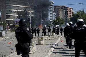 Policies antiavalots intenten dispersar un nodrit grup de manifestants a Mitrovica, aquest diumenge