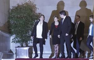 El 'president' Carles Puigdemont, la alcaldesa de Barcelona, Ada Colau, y la presidenta del Parlament, Carme Forcadell, tras la cumbre por el referéndum, el pasado 23 de diciembre en la Cámara catalana.