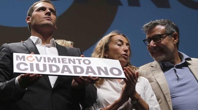 El presidente de Ciutadans, Albert Rivera, junto a Carolina Punset en el teatro Goya de Madrid. AGUSTIN CATALAN