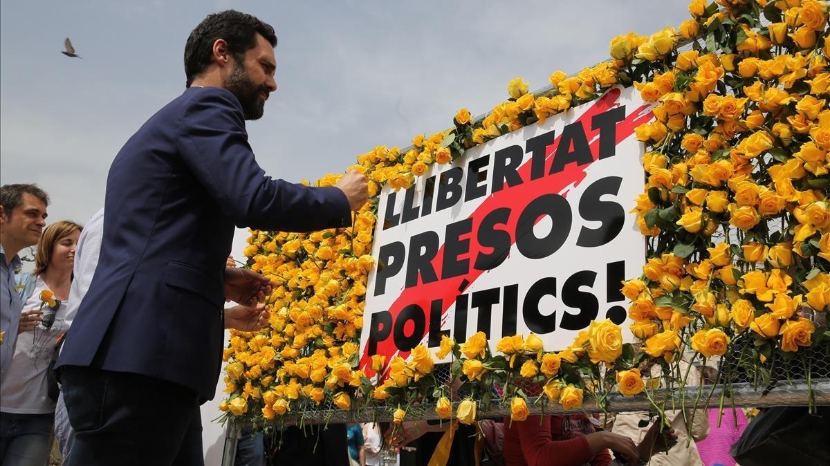 El presidente del Parlament en el montaje floral reivindicativoorganizado por Òmnium.