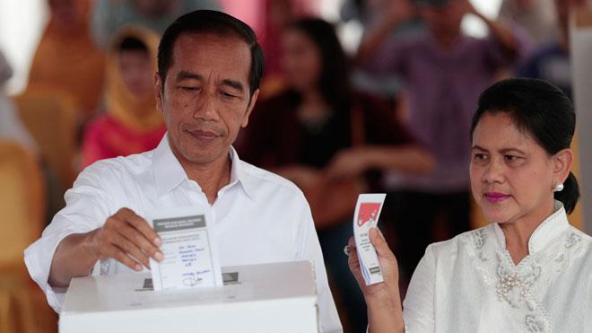 El presidente de Indonesia, Joko Widodo, lidera los sondeos de votos de las elecciones en Indonesia.