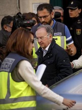El presidente de Manos Limpias, Miguel Bernard, ayer, el pasado viernes, acompañado por la policía.