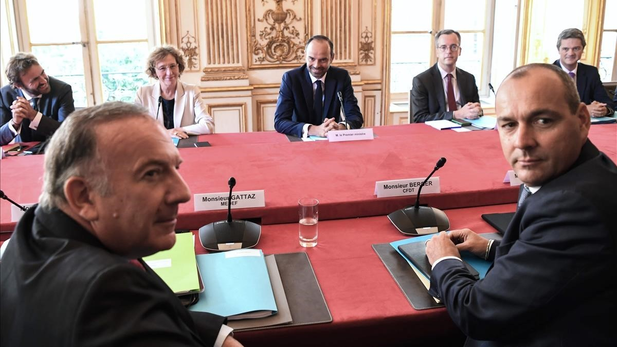 El primer ministro francés, Édouard Philippe, presenta la reforma laboral a los agentes sociales.