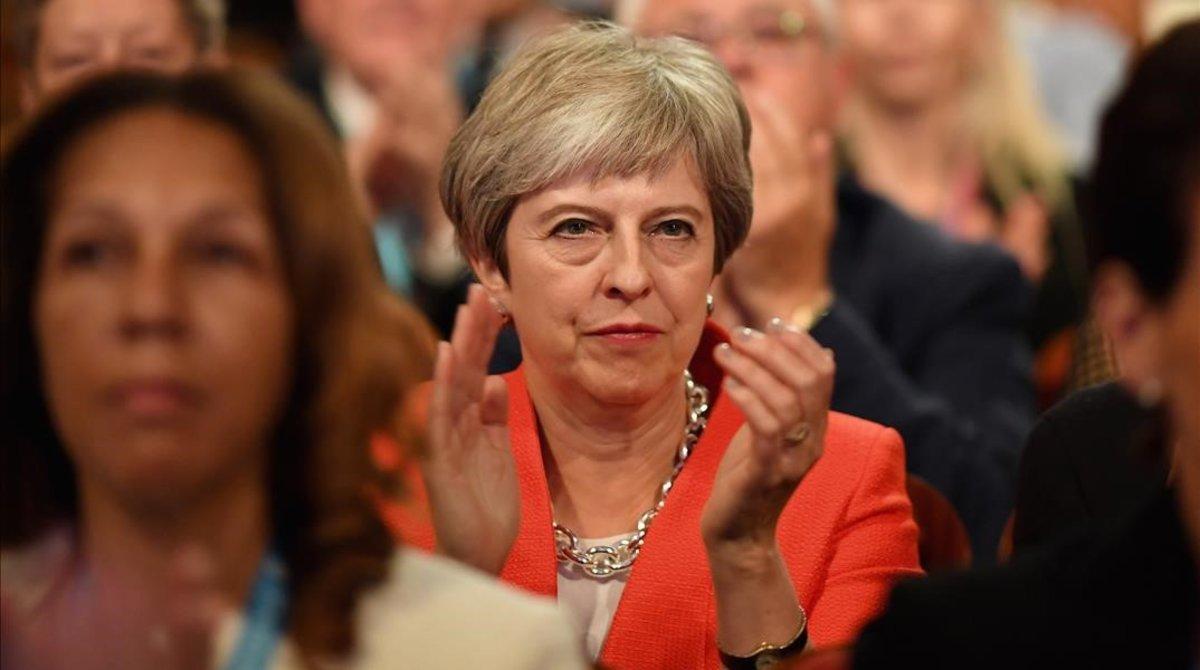 La primera ministra británica, Theresa May, aplaude durante una intervención en la Conferencia anual del Partido Conservador.