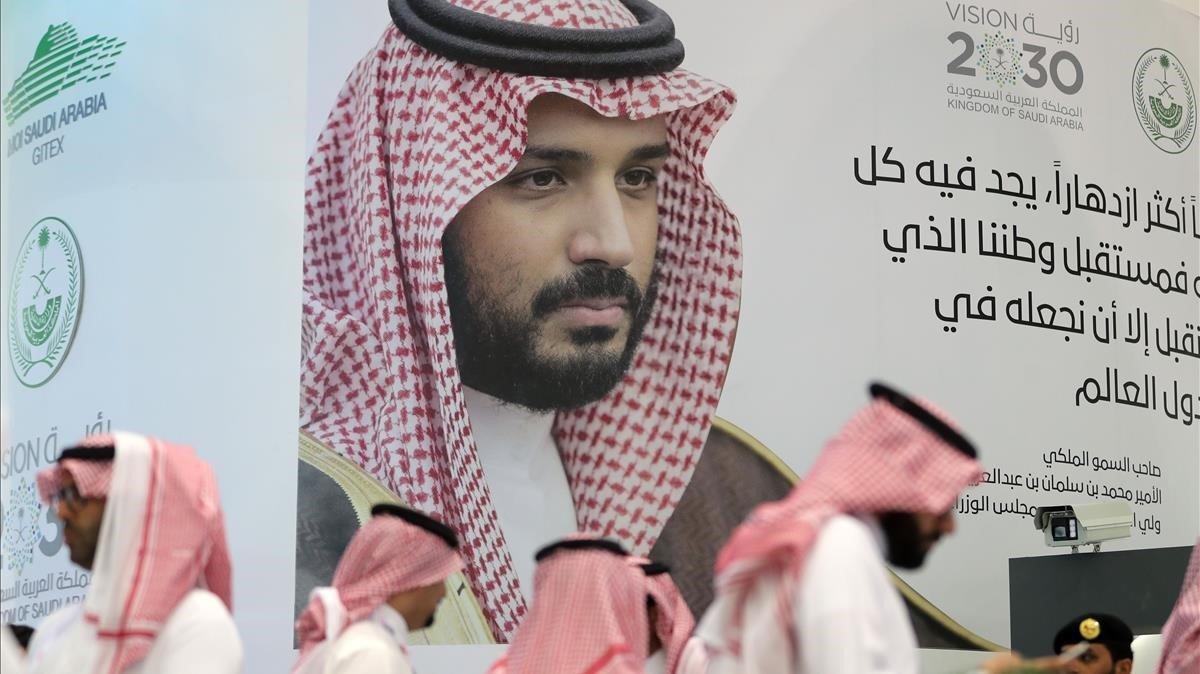 Fotografía del príncipe heredero saudí,Mohamed bin Salmán, en una feria tecnológica internacional de esta semana en Dubai.
