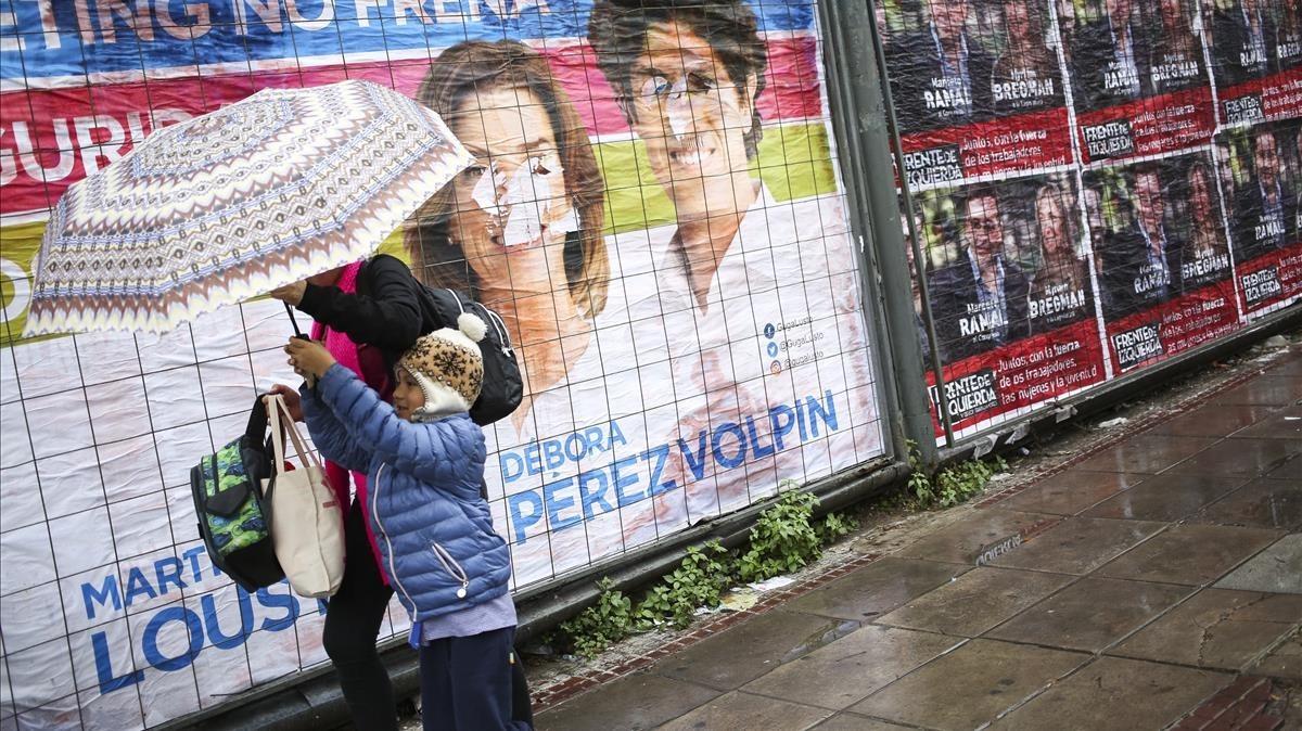 Vista general decarteles electorales en Buenos Aires.