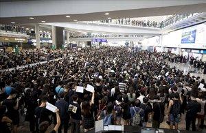Miles de manifestantes abarrotan el aeropuerto de Hong Kong, este lunes.