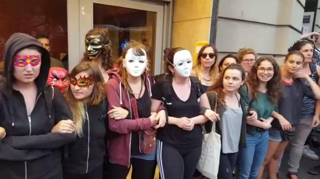 Protestadelante del Teatre Borràs contra la actuación de Jorge Cremades.