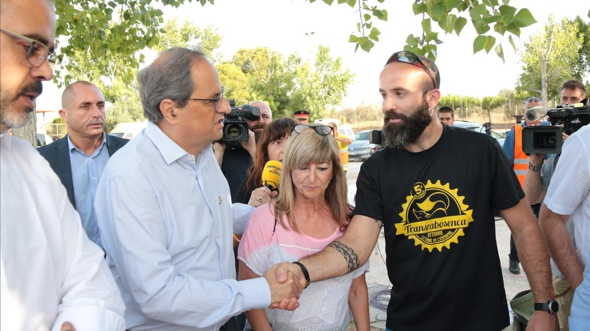El 'president' Torra saluda al alcalde de la Torre de l'Espanyol y la alcaldesa de Vinebre en el centro de mando de los bomberos
