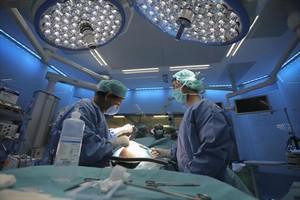 Una intervención quirúrgica en el Hospital Clínic de Barcelona.