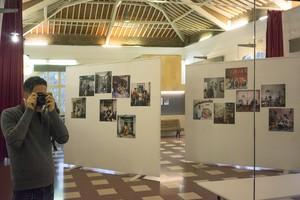 AlexLlovet fotografía su propia exposición en el centro cívico LElèctric.