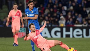 Rakitic se anticipa a Jaime Mata.