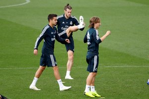 Reguilón, en un entrenamiento, junto a Bale y Modric.