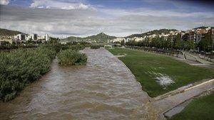 El río Besòs, desbordado a su paso por Santa Coloma de Gramenet