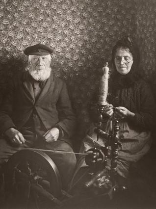 'Pareja de campesinos con una rueca', fotografía de August Sander, expuesta en la muestra 'De hombre a hombre', en el Museo de Salzburgo.
