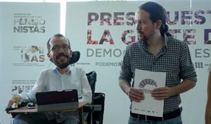 El líder de Unidos Podemos, Pablo Iglesias, y susecretario de Organización, Pablo Echenique, a su derecha.