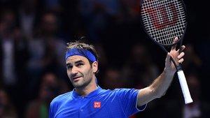 Roger Federer saluda tras su victoria sobre Anderson.