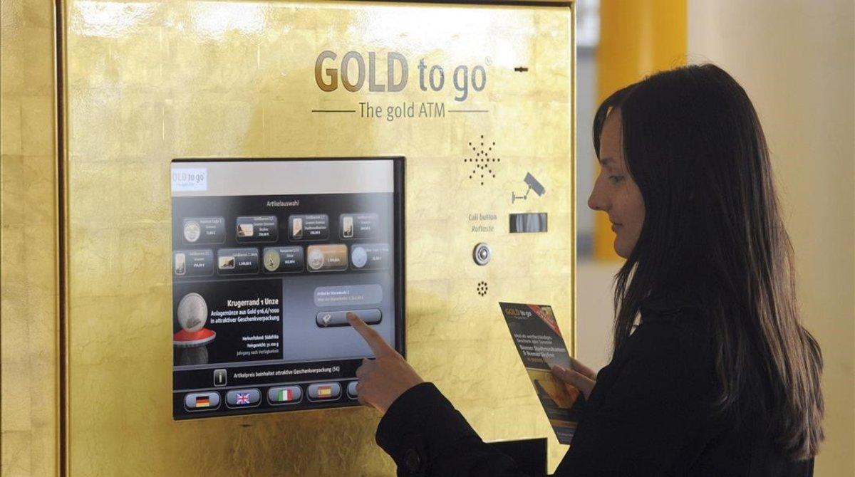 Un mujer compra oro en unamáquina expendedora del metal en el aeropuerto de Bremen en 2011, cuando el anterior 'boom' del metal.
