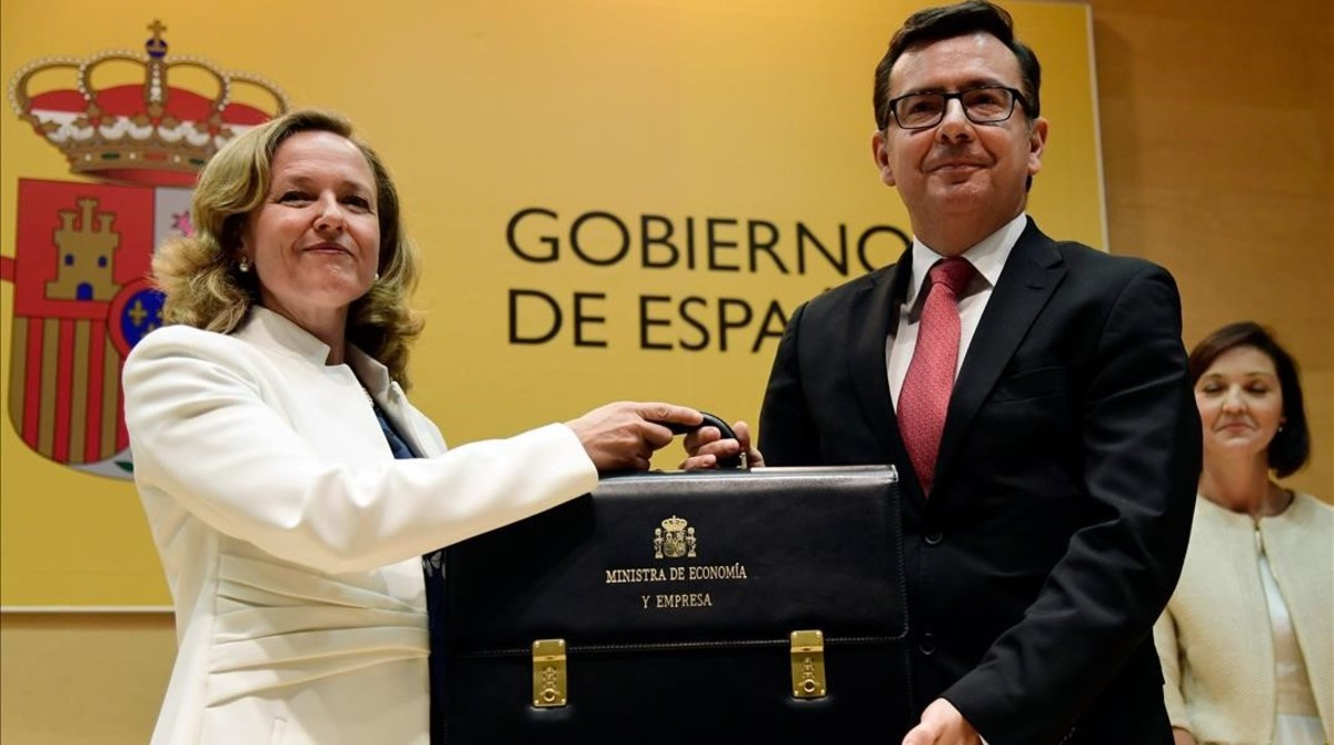 La nueva ministra de Economía, Nadia Calviño, recibe la cartera ministerial de manos de su antecesor en el cargo, Román Escolano.