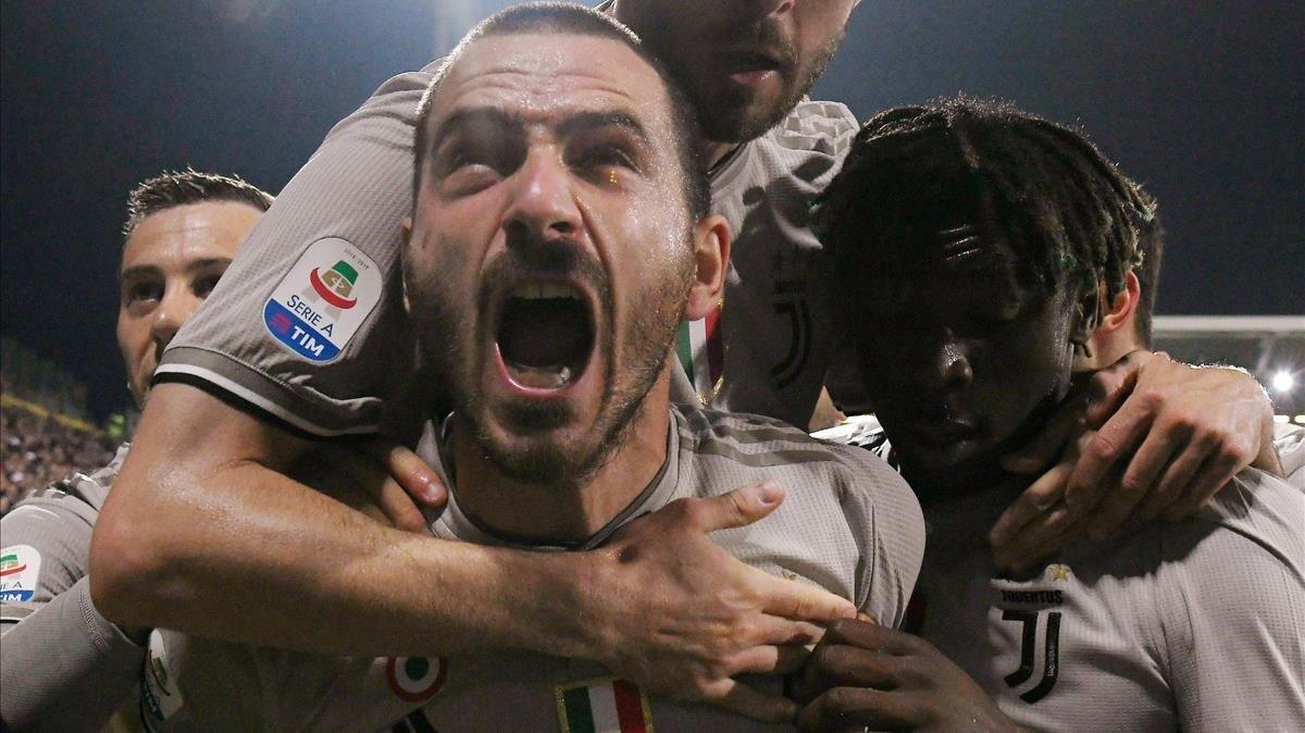 Bonucci celebra un gol de la Juventus contra el Cagliari junto a Moise Kean.