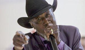 El cantante de Blues, Tail Dragger Jones.