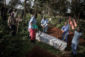 Sanitarios entierran a un contagiado de ébola en mayo del 2019, en Butembo.