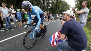 Alejandro Valverde, en pleno esfuerzo, animado por un aficionado, durante la contrarreloj de Espelette.
