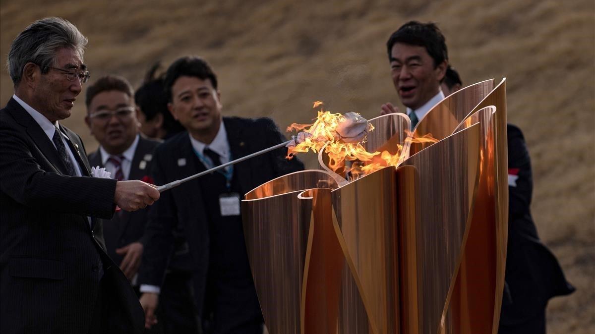 El instante en que se enciende el fuego olímpico en Japón.