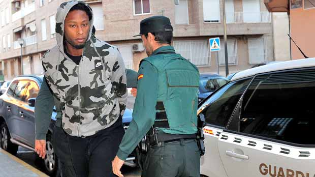 El jugador está acusado de retener, golpear, amenazar con una pistola y robar a un hombre.