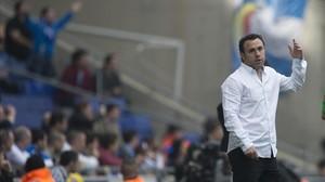 El entrenador del Espanyol Sergio González da instrucciones a sus jugadores durante un partido.
