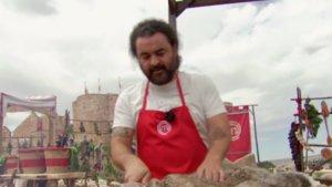 'El Sevilla' manipulando los conejos de uno de los cocinados de 'Masterchef Celebrity'.