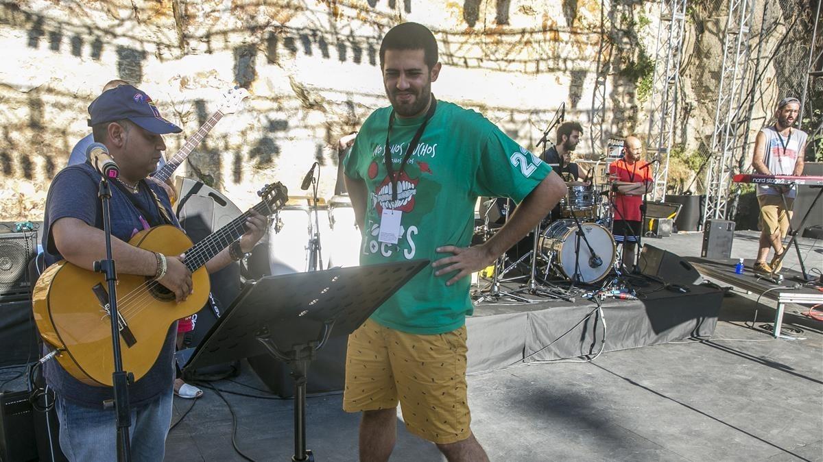Sicus, de Sabor de Gràcia, y Adrià Salas, de La Pegatina, en el ensayo del espectáculo Rumberos, pugin a lescenari!.