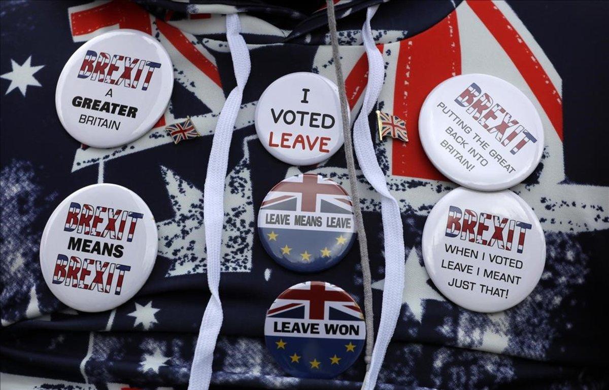 Símbolos a favor del 'brexit' en la ropa de un manifestante a las puertas del Parlamento británico.