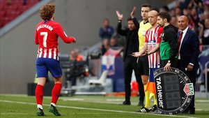 Simeone aplaude a Griezmann al sustituirle.