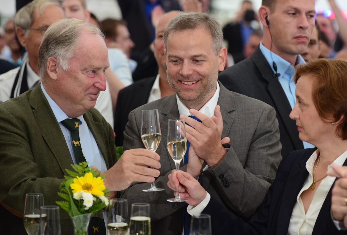 Leif-Erik Holm, en el centro, candidato de AfD en el land deMecklemburgo-Pomerania Occidental, celebra los buenos resultados.