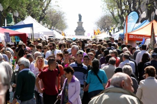 Miles de personas pasean por la Rambla Nova de Tarragona, durante la diada de Sant Jordi.