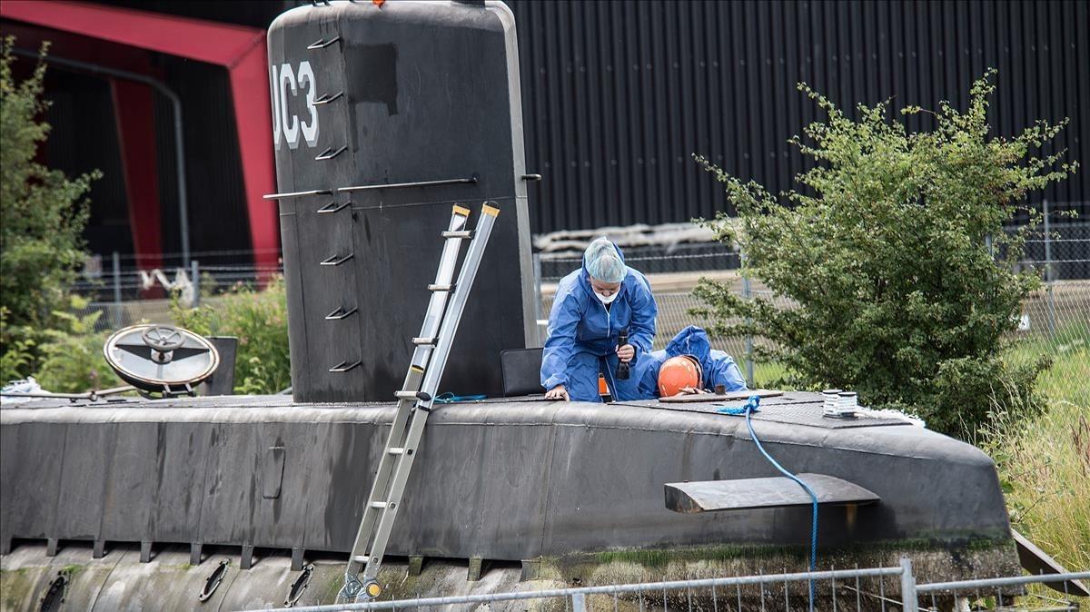 Técnicos de la policía danesa investigan y recogen pruebas en el submarino 'Nautilus', fabricado por Peter Madsen, en agosto del 2017.