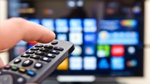 Imagen de un mando a distancia de un televisor conectado a internet.