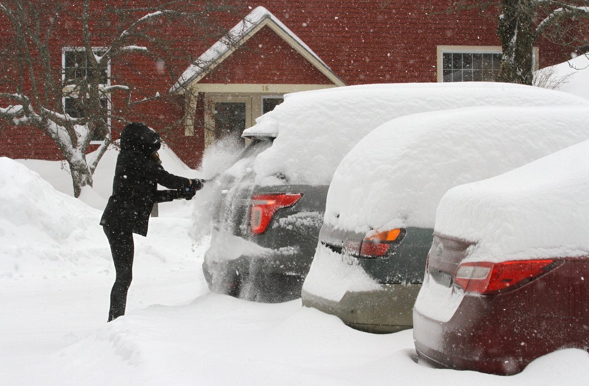 A woman brushes snow from her car in Wilder  Vermont  USA  The region of central Vermont has received over 16 inches of snow so far  Temperatures were predicted to drop well below freezing overnight with officials warning of a  flash freeze  of all coated surfaces  Estados Unidos  EFE EPA HERB SWANSON