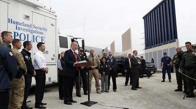 Trump se fotografía junto a su muro