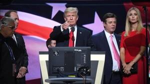 Trump realiza una prueba de sonido en el último día de la Convención republicana, en Cleveland, este jueves.