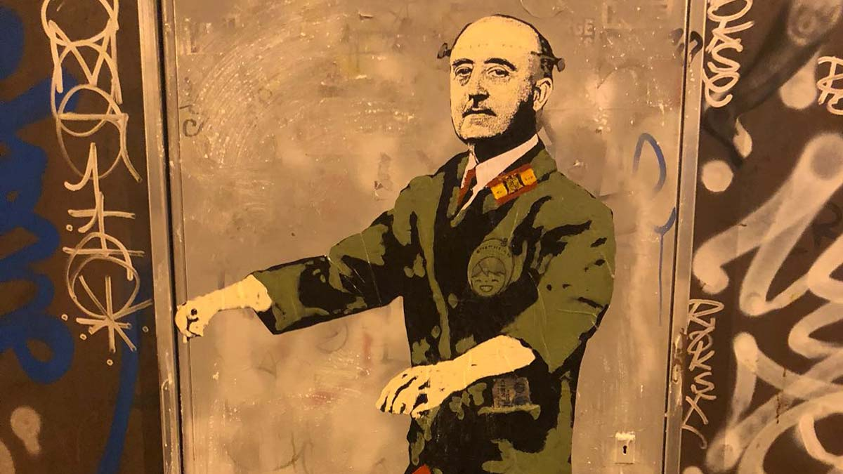 TVBoy planta un grafiti de Franco a la plaça Urquinaona de Barcelona