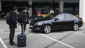 El Govern aprova una llei per protegir el taxi davant Uber i Cabify