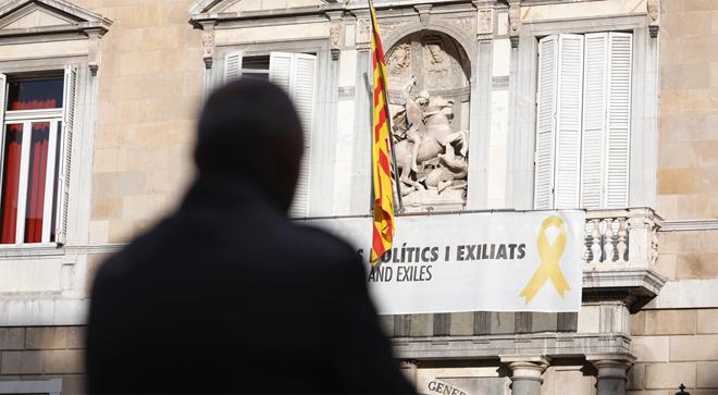 El lazo amarillo en la fachada del Palau de la Generalitat, este martes.