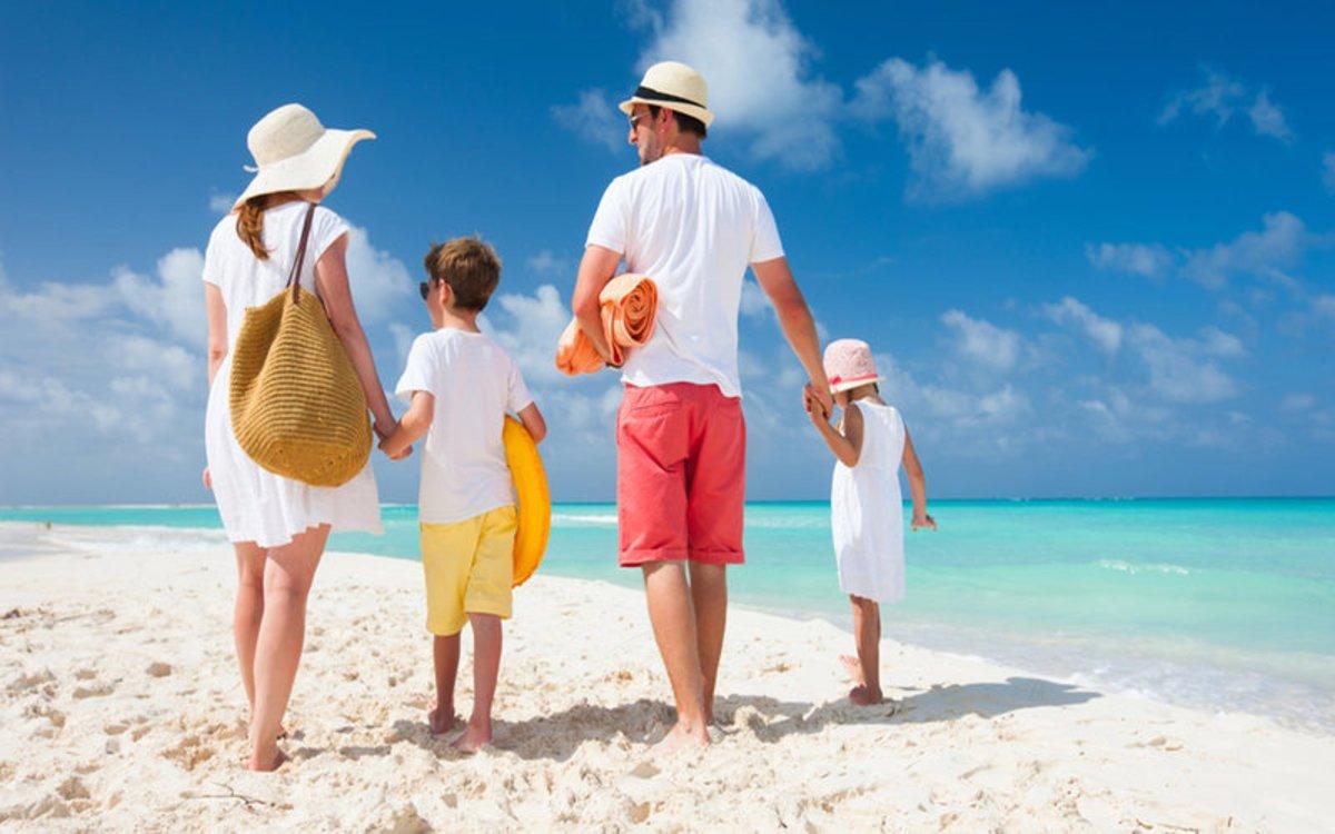 Una familia disfruta de unas vacaciones en una playa paradisiaca.