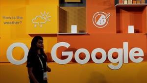 Una mujer frente al logo de Google.