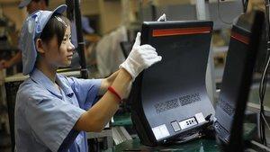 Una mujer trabaja en la línea de producción de Lenovo, en la planta que la empresa tiene en Shanghái.