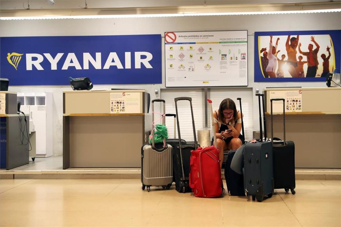 Una pasajera espera en el mostrador de Ryanair.